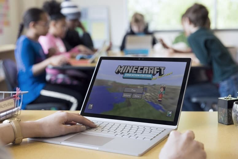playing minecraft on gaming laptop